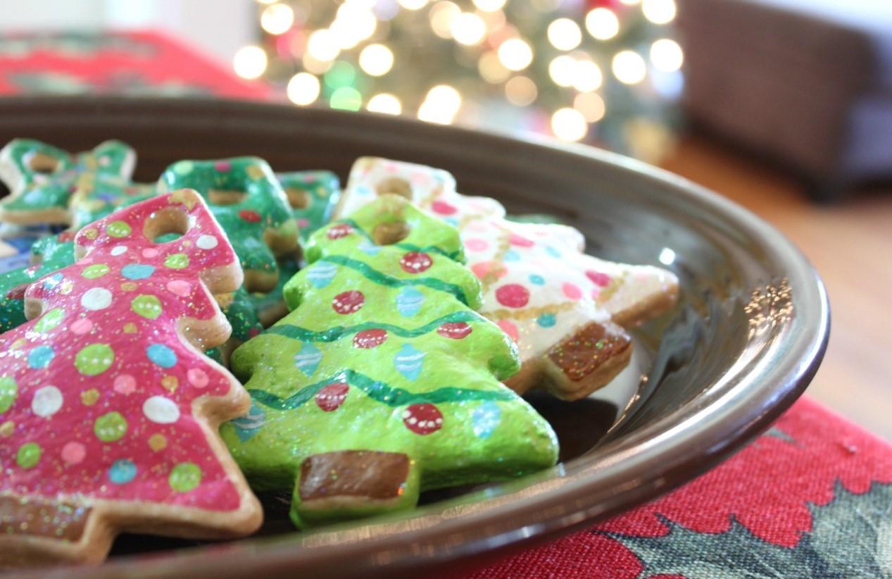 Empreinte en pâte à sel en forme de sapin de Noël.