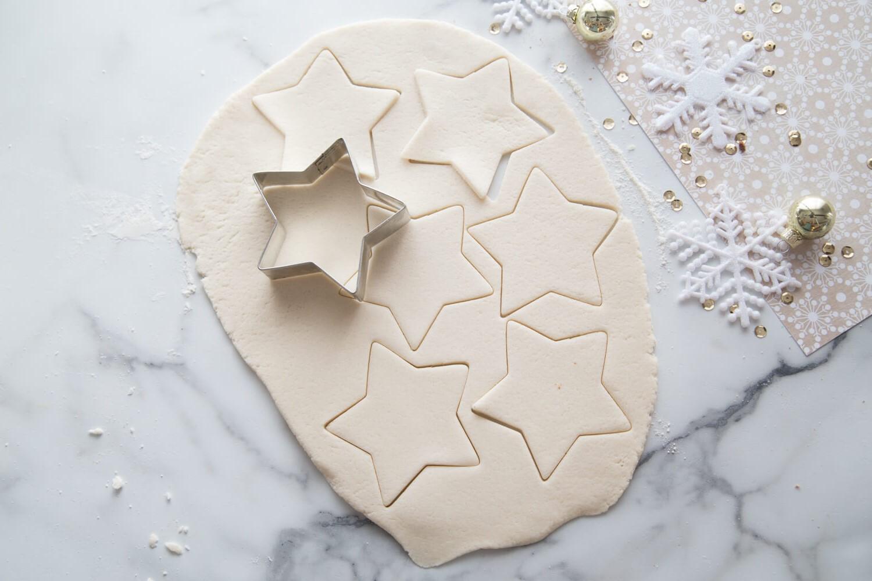 Empreinte en pâte à sel en forme d'étoile.
