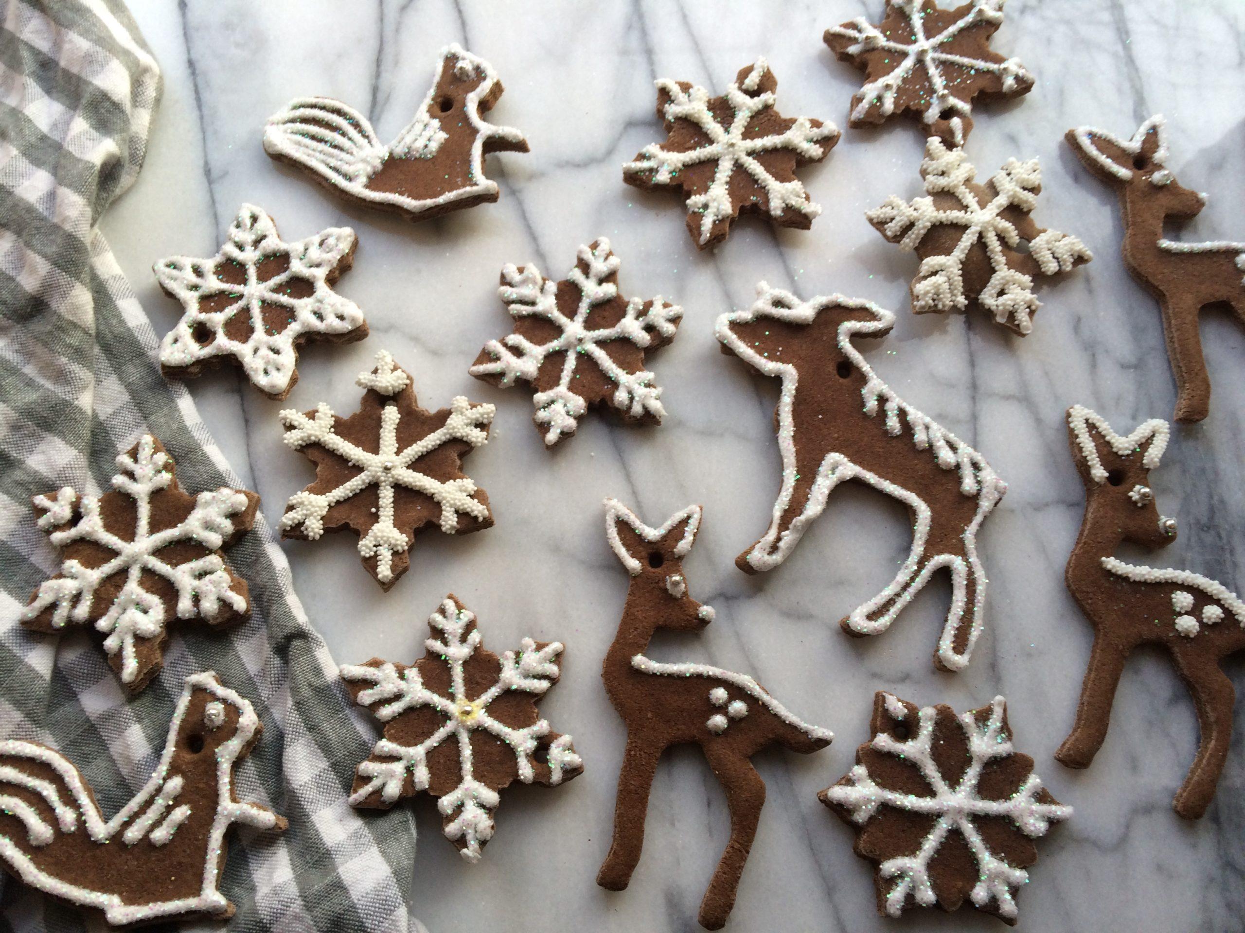 Ornements en pâte à sel en forme d'animaux et de flocons de neige.