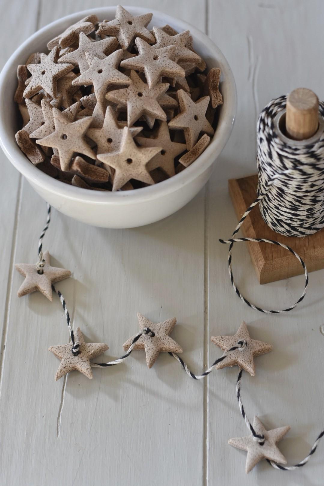 Guirlande en pâte à sel en forme d'étoiles.