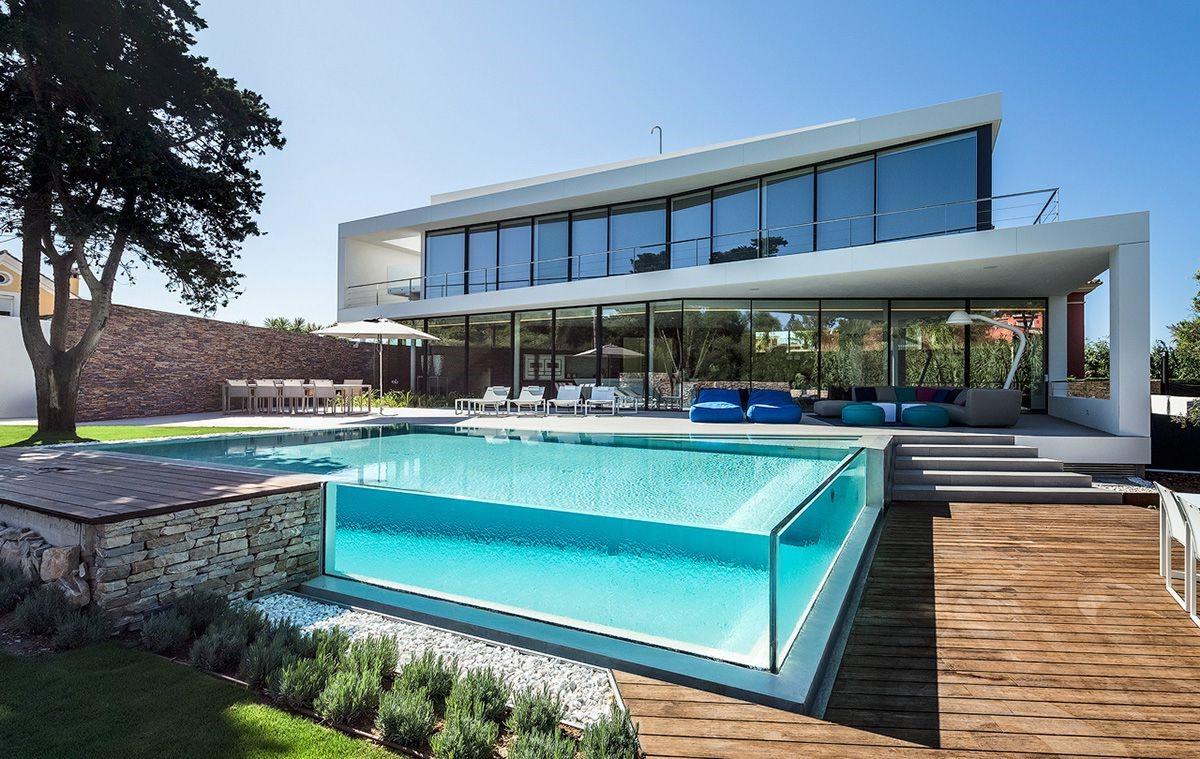La piscine semi-enterrée est abordable et facile à installer.