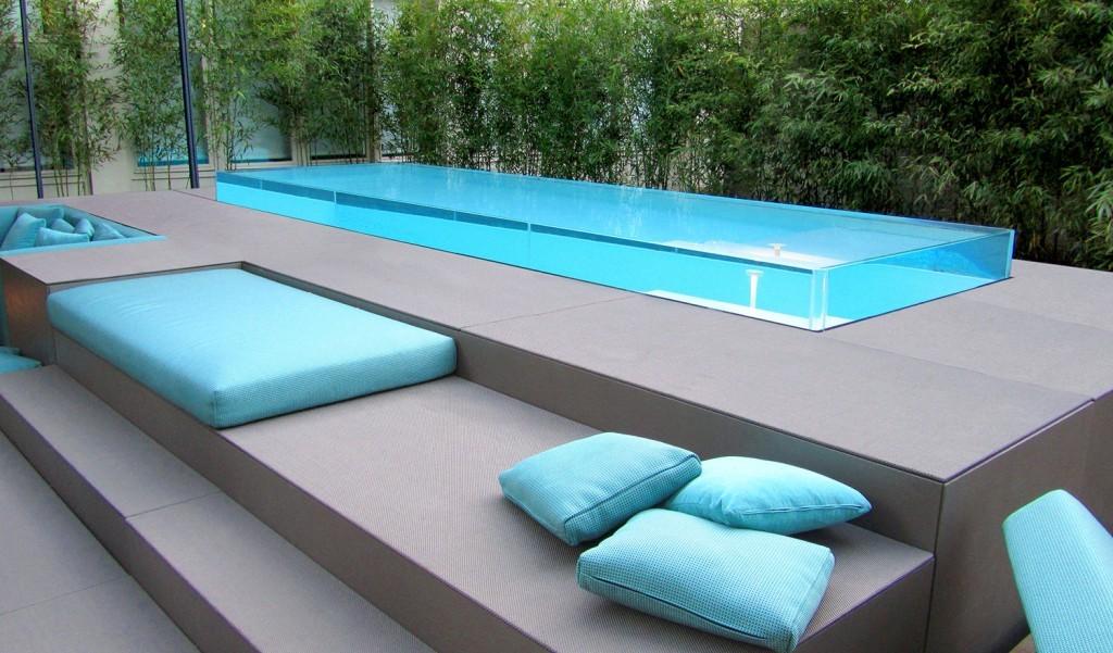 Construire une piscine dans une pente peut être un défi de conception plus difficile que de construire une piscine creusée standard sur un sol plat.