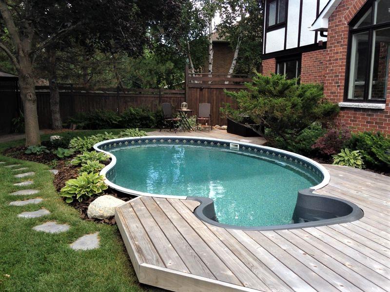 Cherchez particulièrement un entrepreneur expérimenté dans l'installation de piscines semi-enterrées.