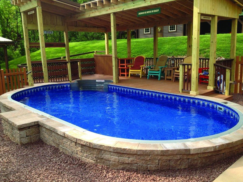 Tout, de la composition du sol à la taille et à la forme de votre jardin, peut déterminer le bon type de piscine à construire.