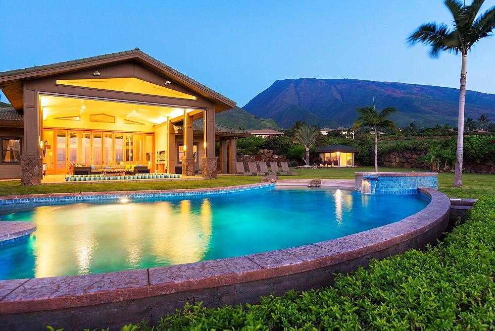 Peu importe le type de cour que vous avez, les éléments naturels vont influencer la façon dont vous construisez votre piscine.