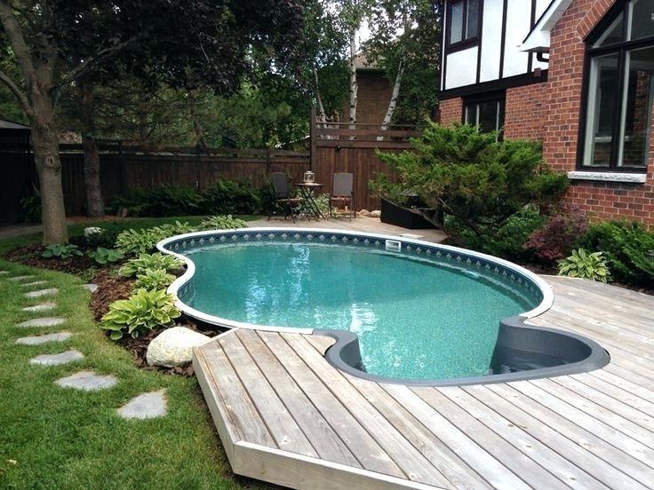 De loin, la meilleure situation pour une piscine semi-enterrée est lorsque votre jardin a un niveau plat.