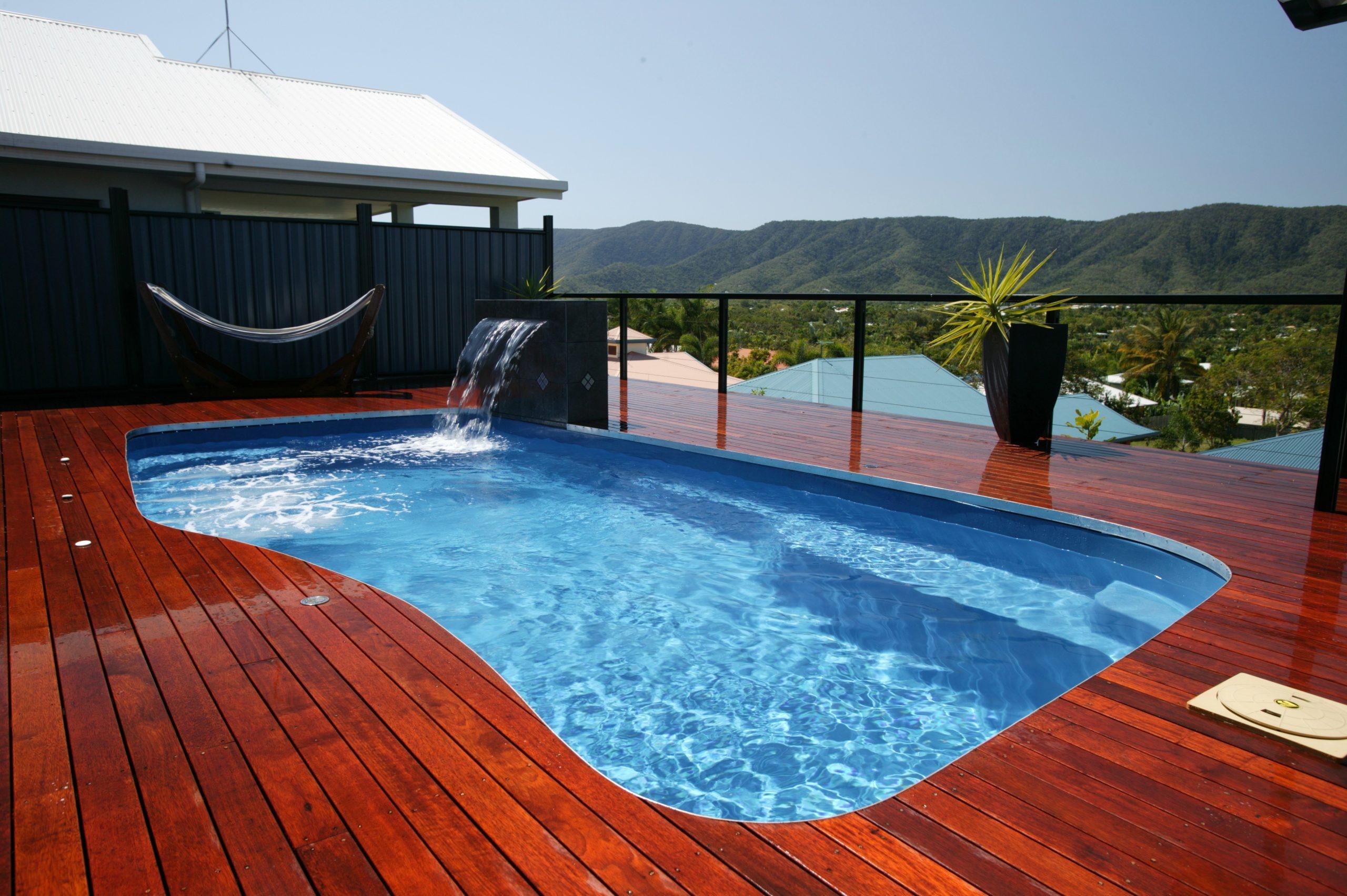 Heureusement, avoir une cour en pente ne signifie pas que vous devez renoncer à la joie d'avoir une piscine.