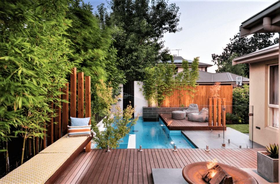 Les murs renforcés auront une apparence artistique du côté bas de la cour tout en rejoignant votre terrasse surélevée à un niveau convenable.