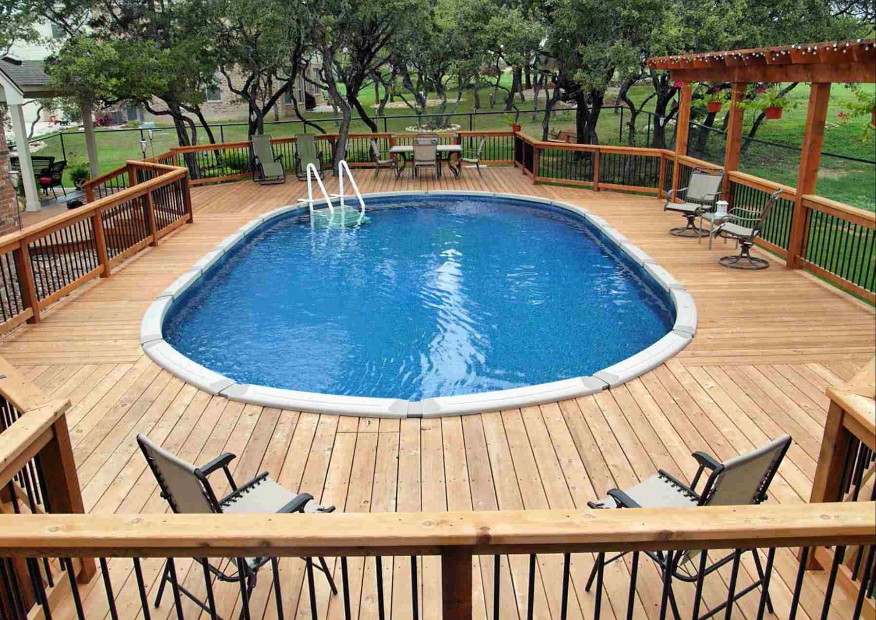 Si vous rencontrez beaucoup de résistance lorsque vous creusez dans votre jardin, une piscine semi-enterrée pourrait être une solution plus rapide et plus abordable.