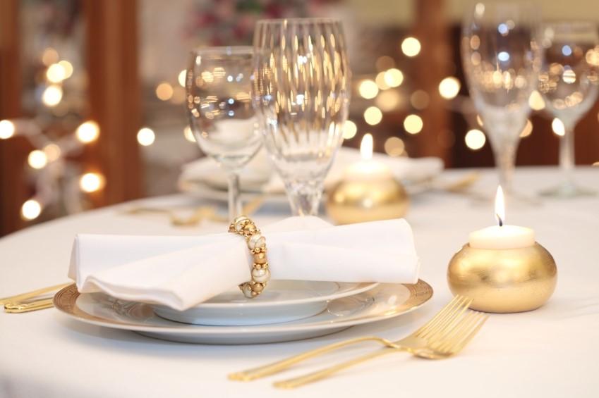 Décoration de table avec des éléments d'or.