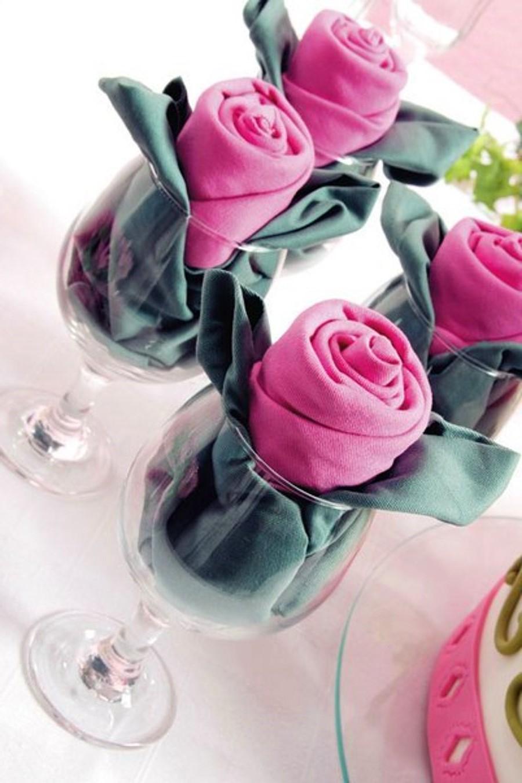 Serviette en forme de rose.