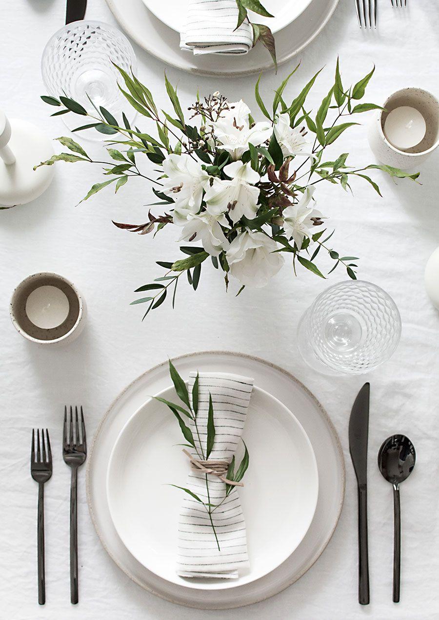 Serviette décorée avec des éléments naturels.