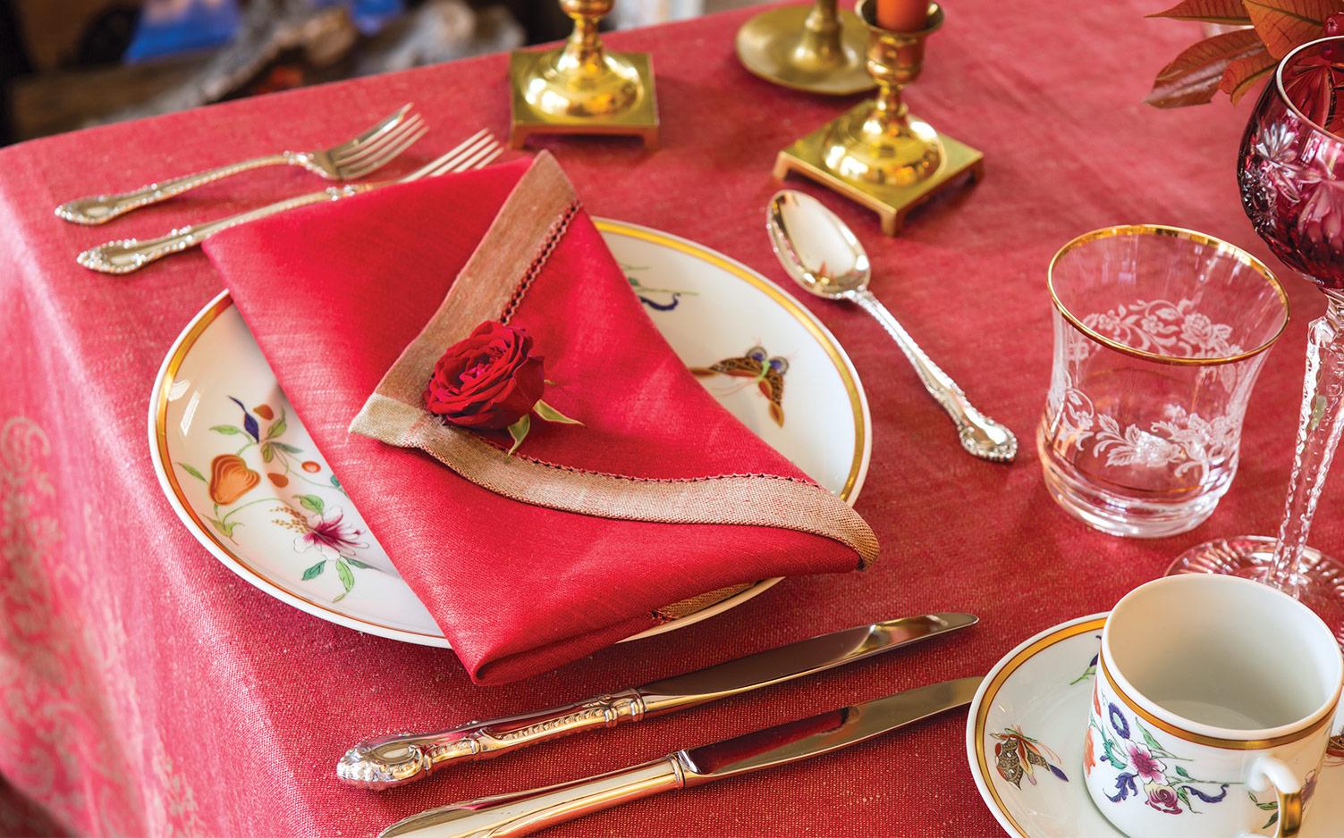 Pliage de serviette en forme d'enveloppe romantique.