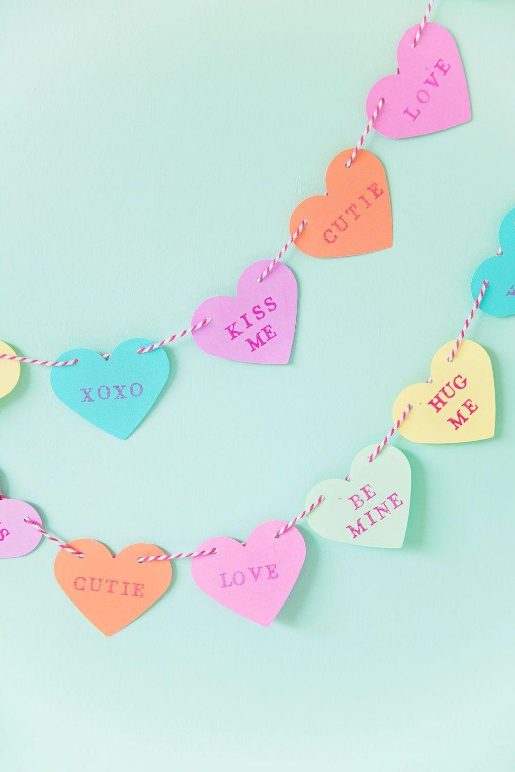 Activités de la Saint-Valentin: guirlande de coeurs en papier.