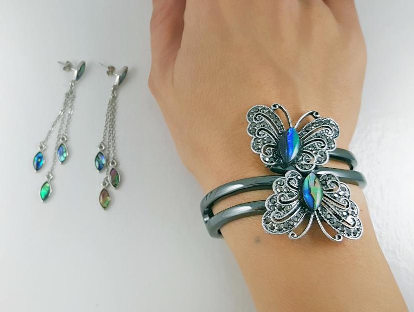 Des bijoux Saint Valentine - un essemble en trois parties avec des papillons