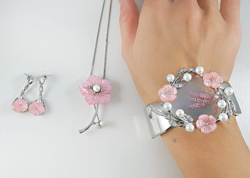 Des bijoux Saint Valentine avec des fleurs roses