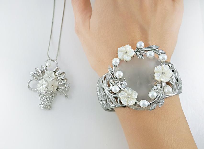 Des bijoux Saint Valentine avec des fleurs
