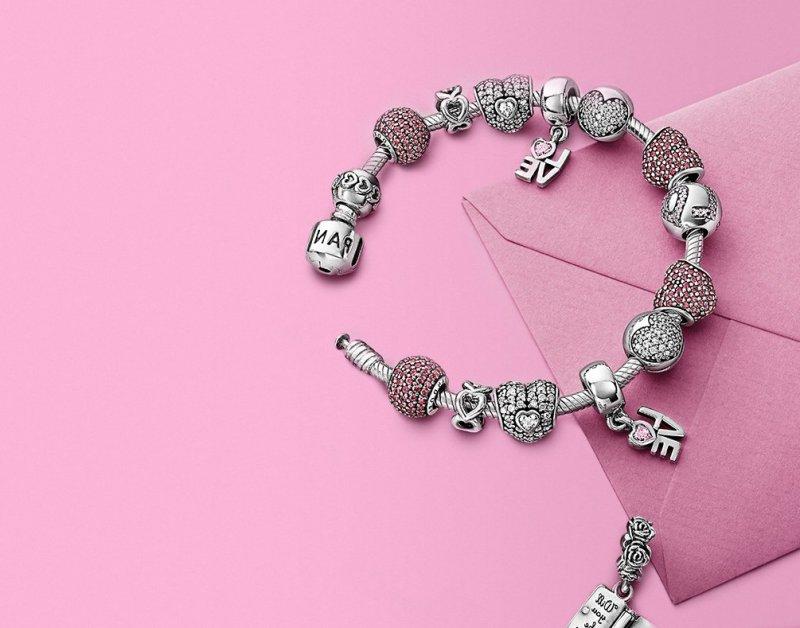 Des bijoux Saint Valentine avec des braclets `love`