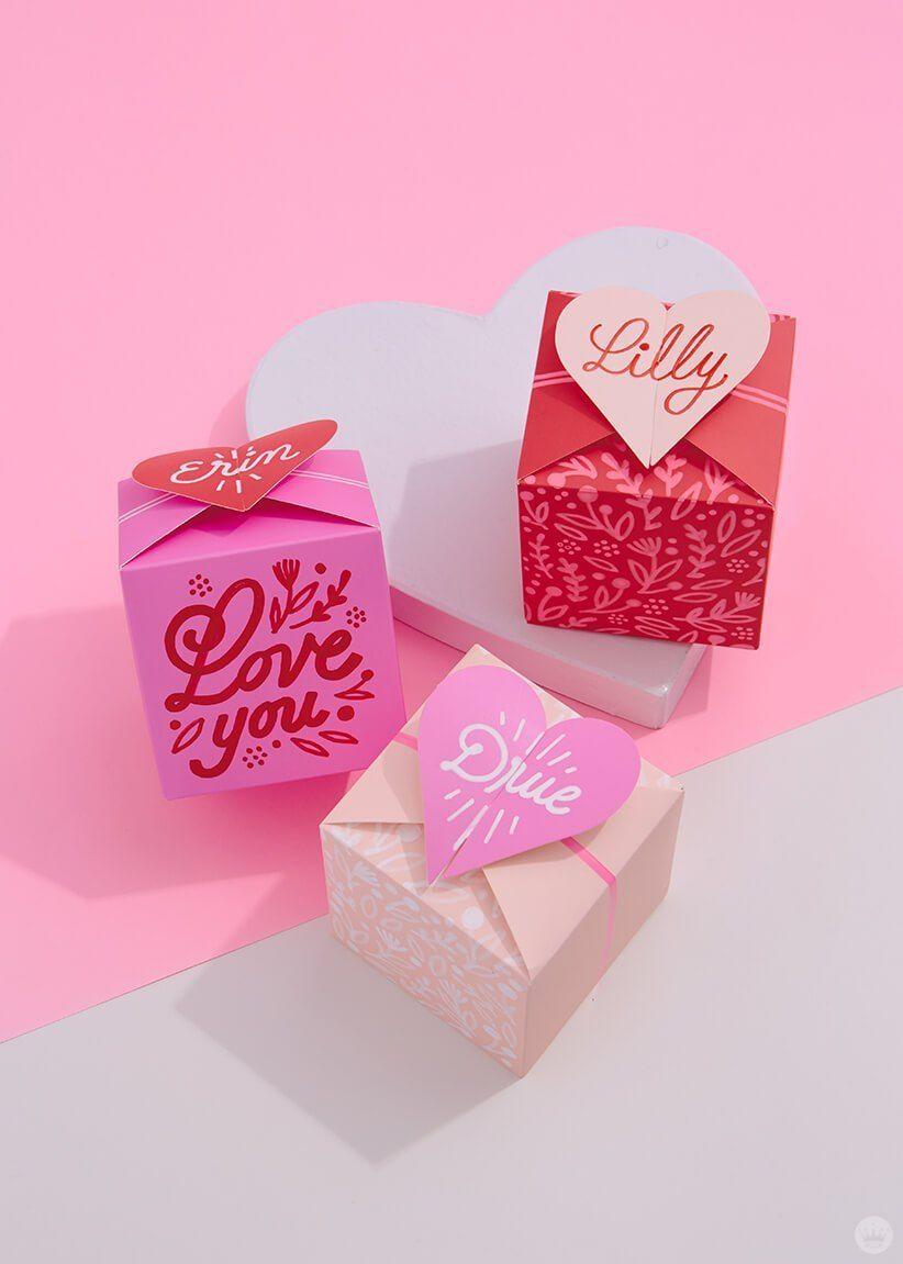 Boîtes multicolores pour la fête des amoureux.