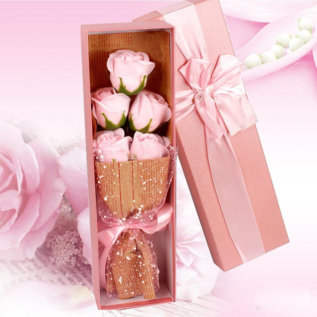 Boîte cadeau avec des fleurs.