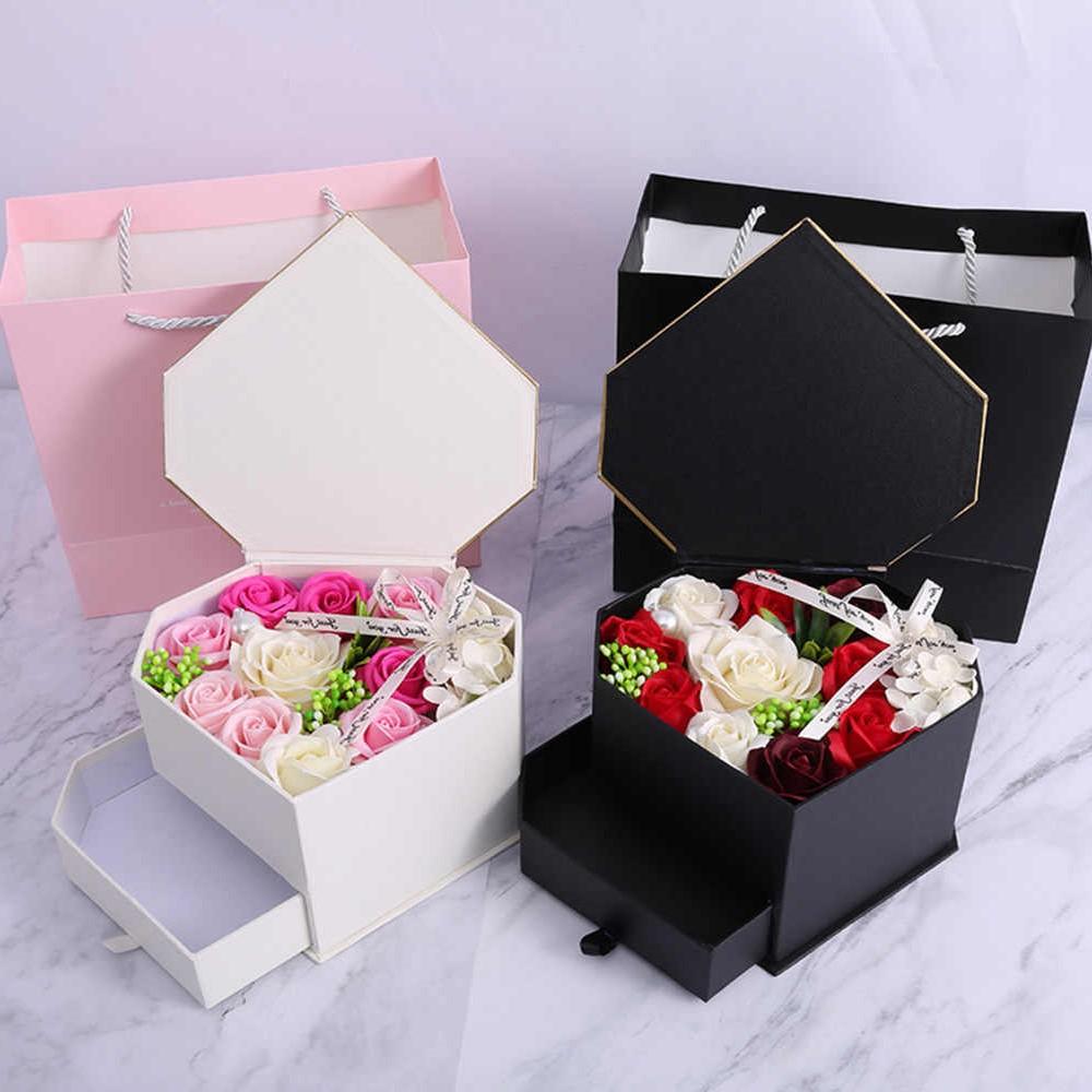 Box cadeau avec des fleurs.