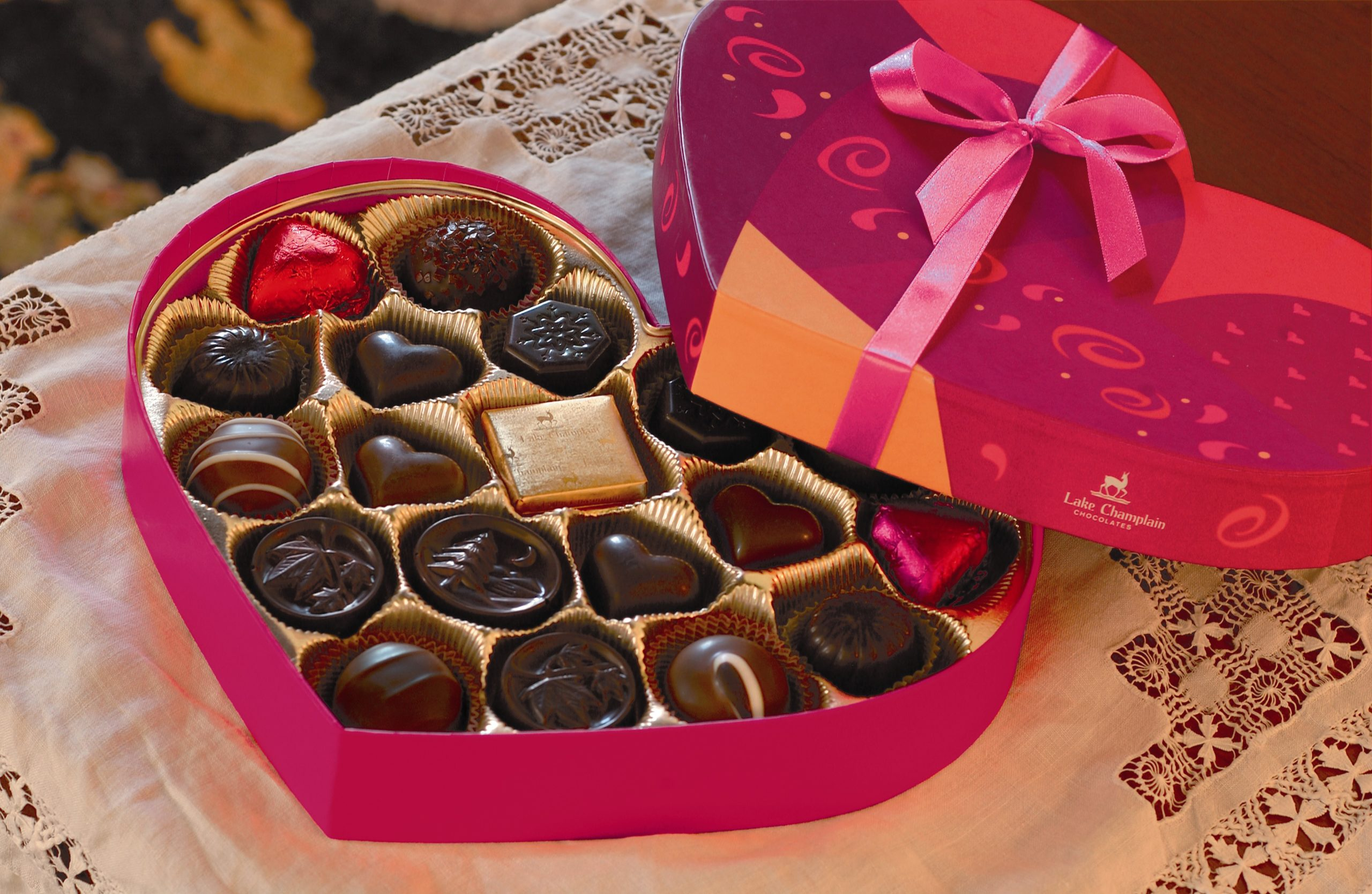 Boîte de bonbons au chocolat en forme de coeur.
