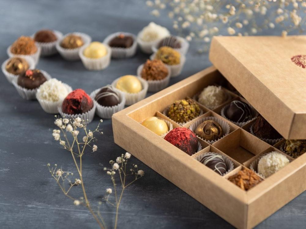 Célébrez la Saint-Valentin avec une boîte de chocolat.