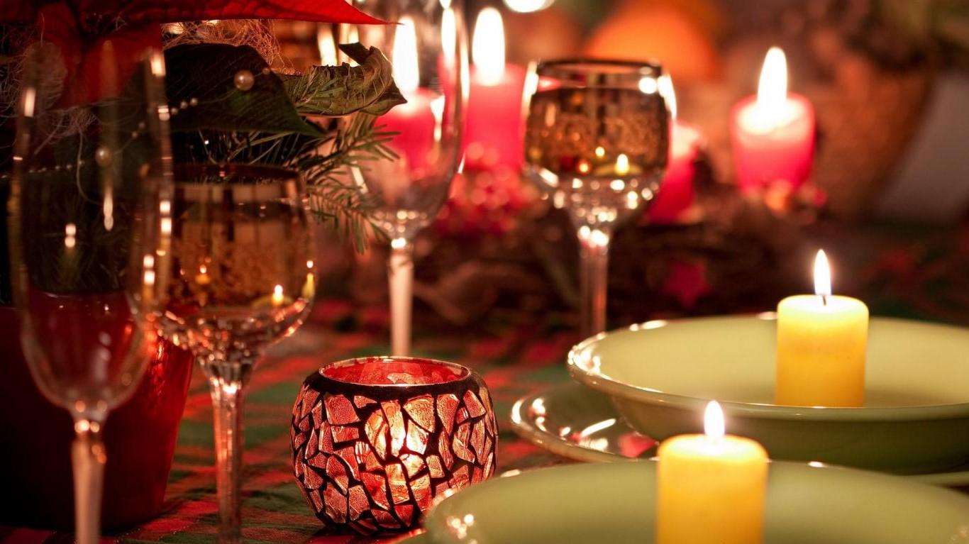 Décoration de table avec des bougies pour la Saint-Valentin.