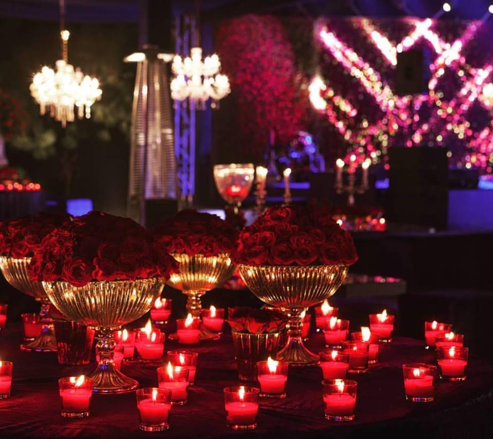 Décoration incroyablement romantique réalisée avec des roses et des bougies.