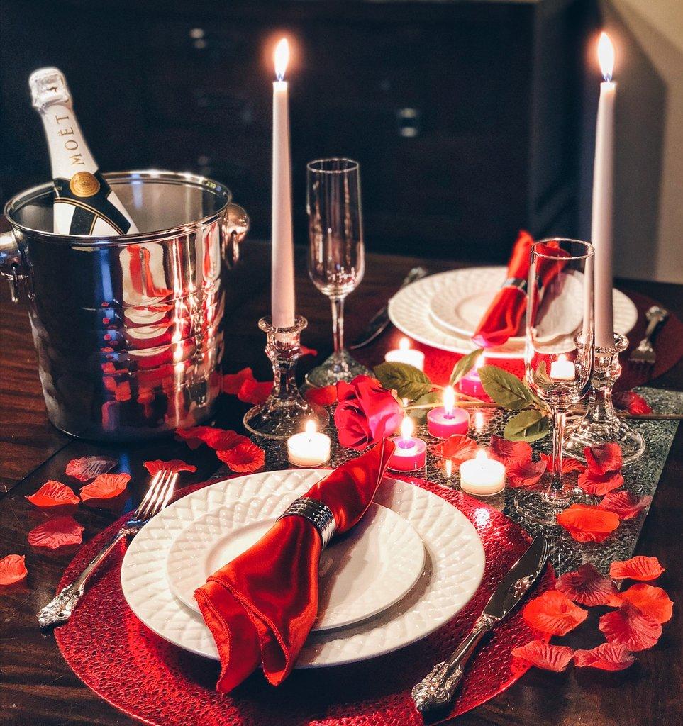 Décorez la table avec des bougies pour la Saint-Valentin.