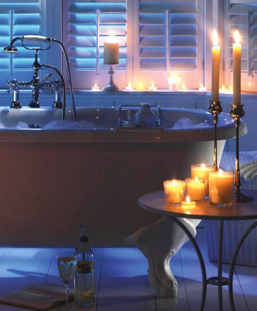 Salle de bain décoré avec des bougies pour la Saint-Valentin.