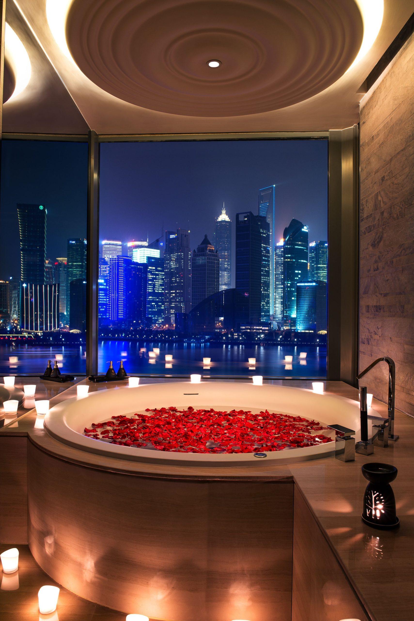 Atmosphère romantique dans la salle de bain.