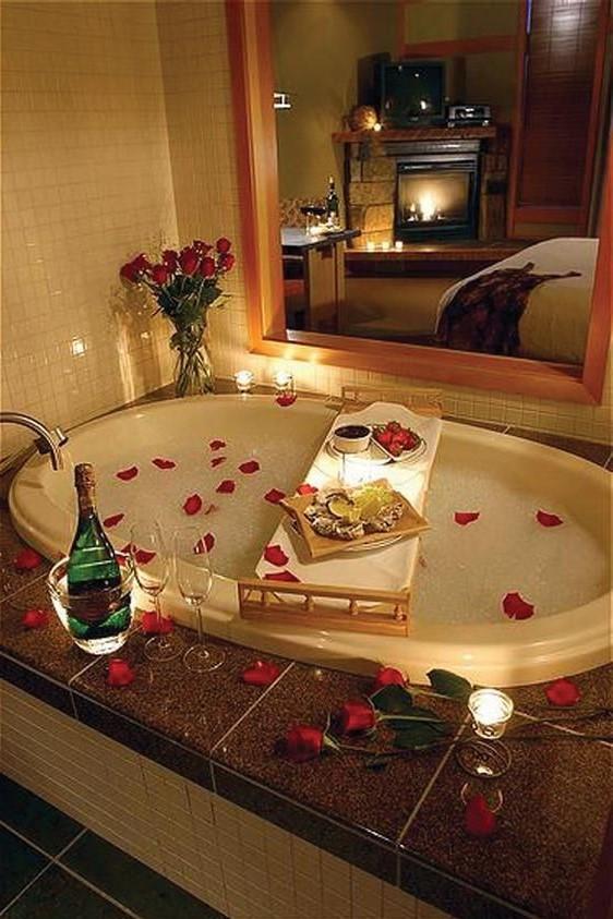 Décoration pour la salle de bain avec des bougies pour la Saint-Valentin.