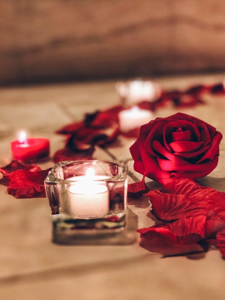 Décoration avec bougies et roses.