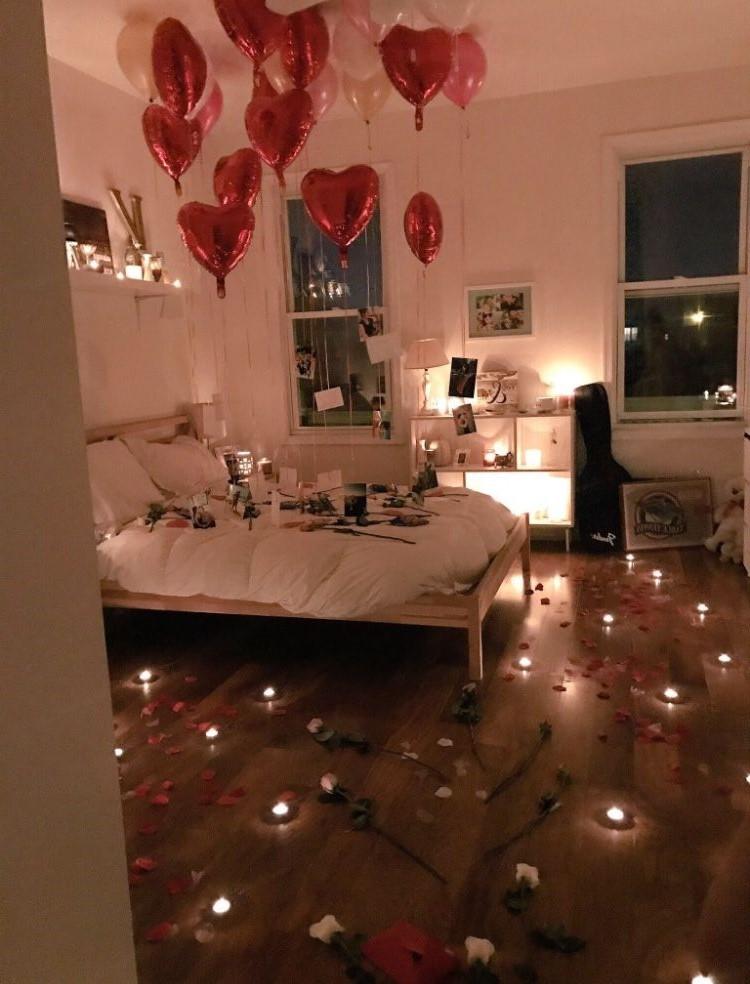 Surprise romantique avec des bougies et des ballons.