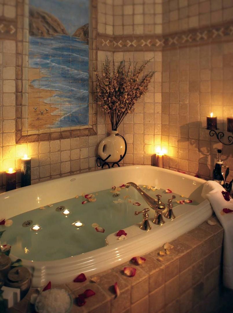 Salle de bain décoré de bougies et pétales de rose.