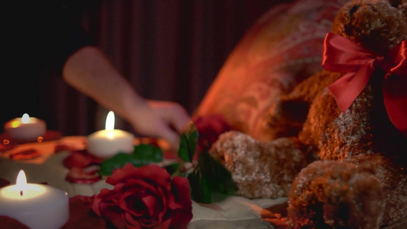Décorez avec des bougies pour la Saint-Valentin.
