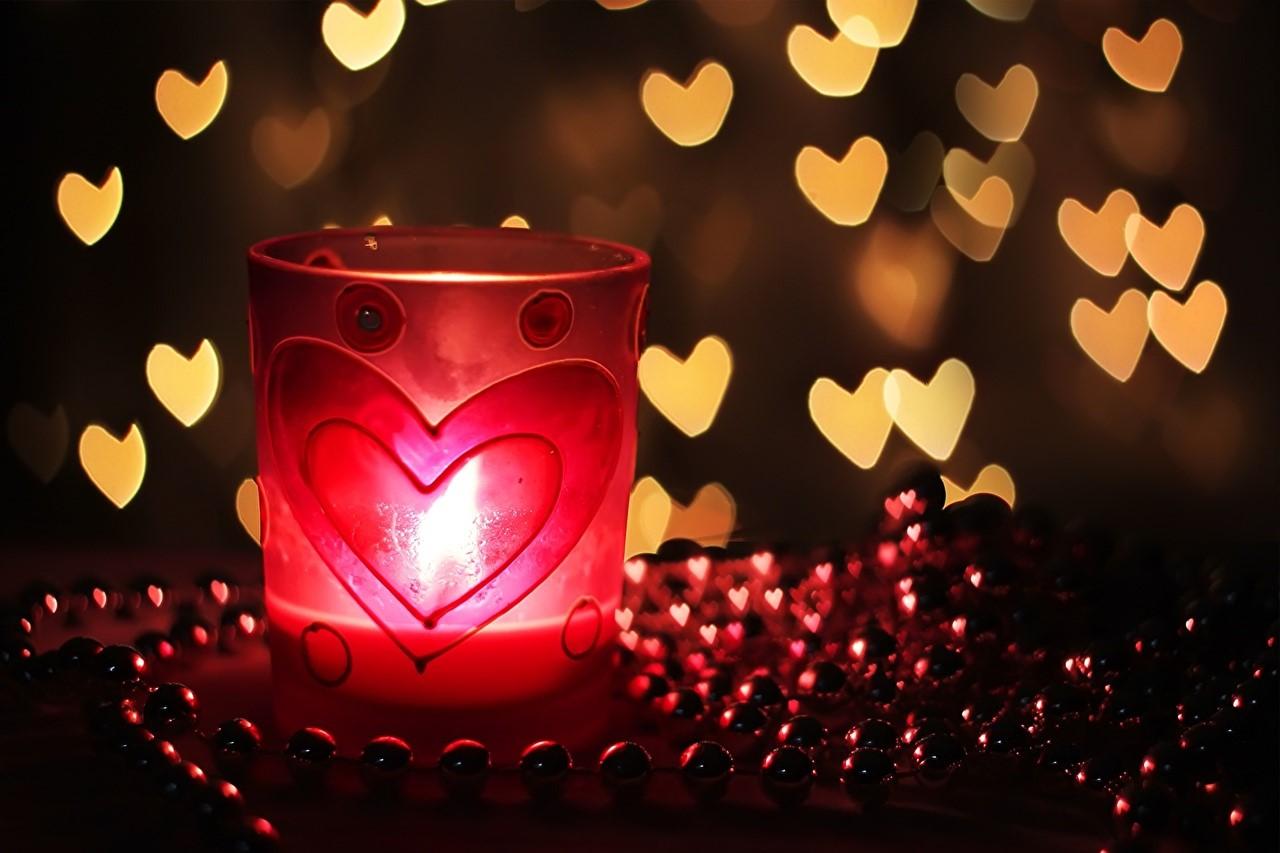 Décoration avec des bougies pour la Saint-Valentin.
