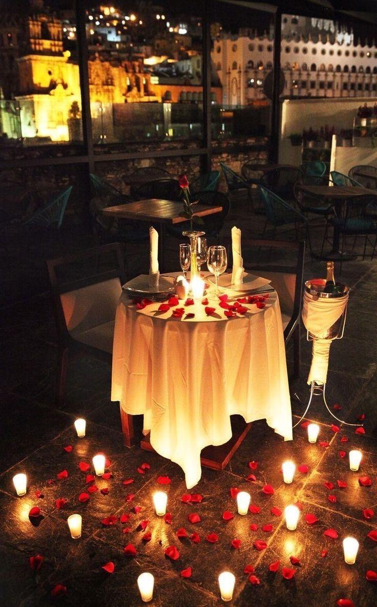Dîner romantique sous le ciel nocturne.