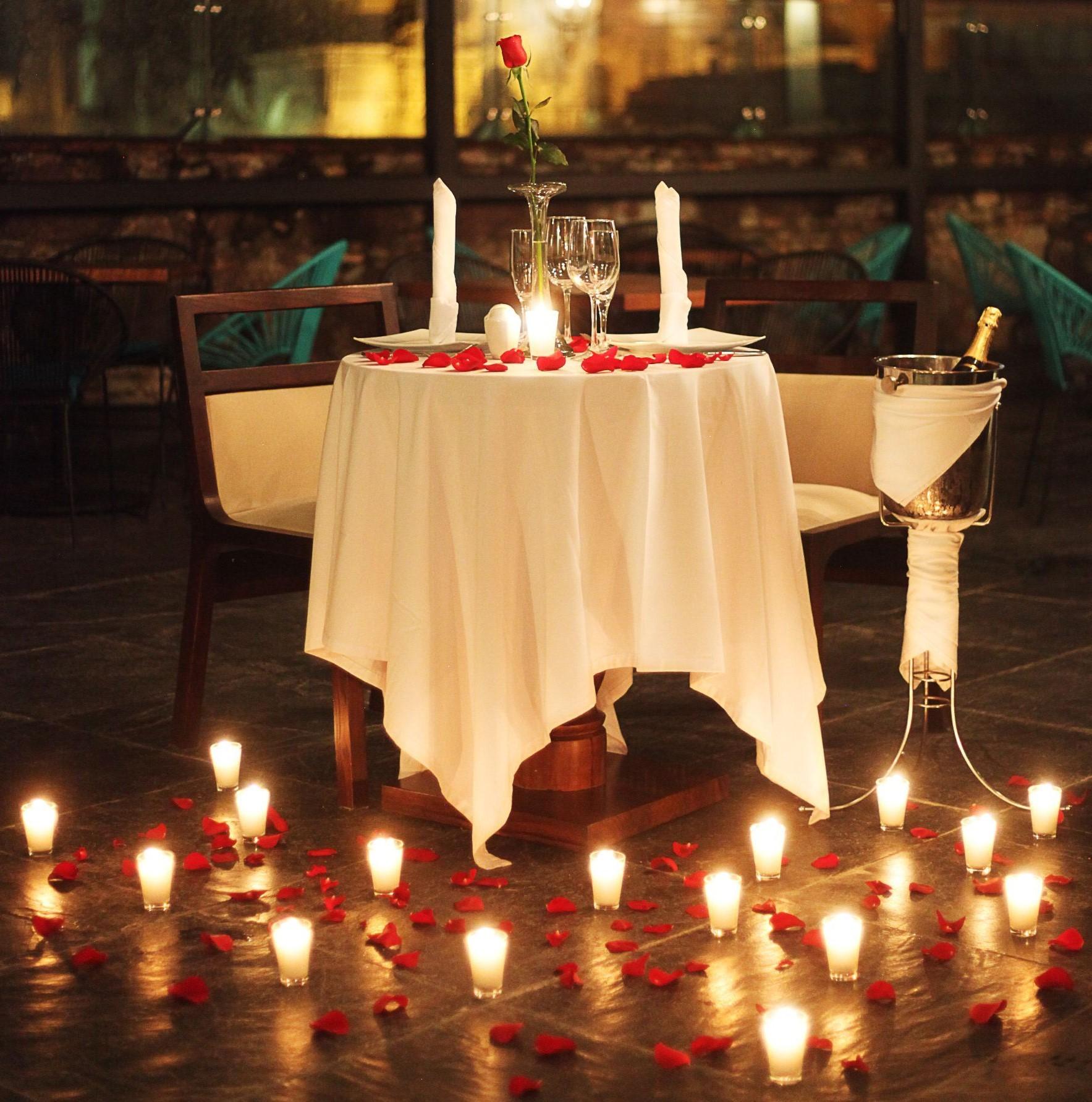 Décoration romantique avec des bougies pour la Saint-Valentin.