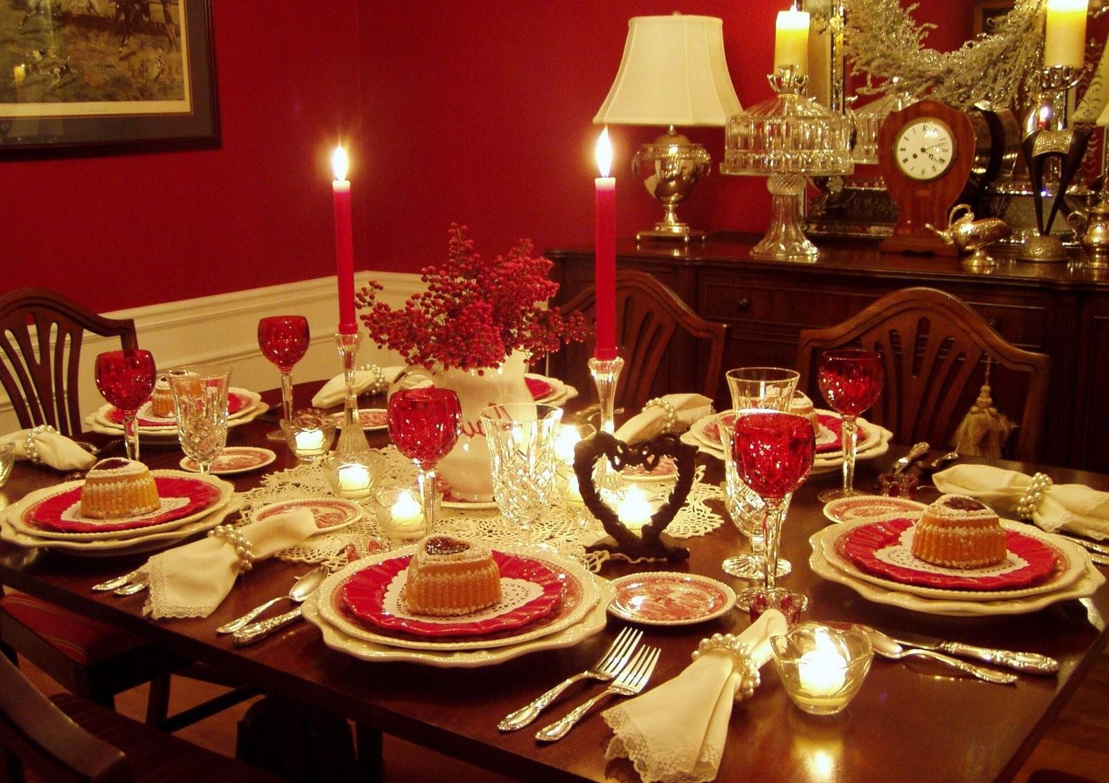 Décoration de table festive avec des bougies pour la Saint-Valentin