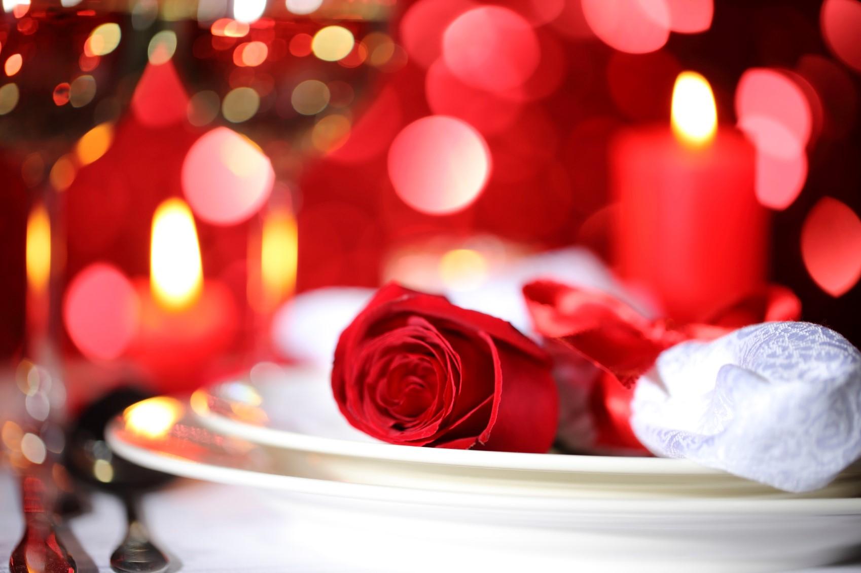 Ajoutez des fleurs à l'arrangement de table.