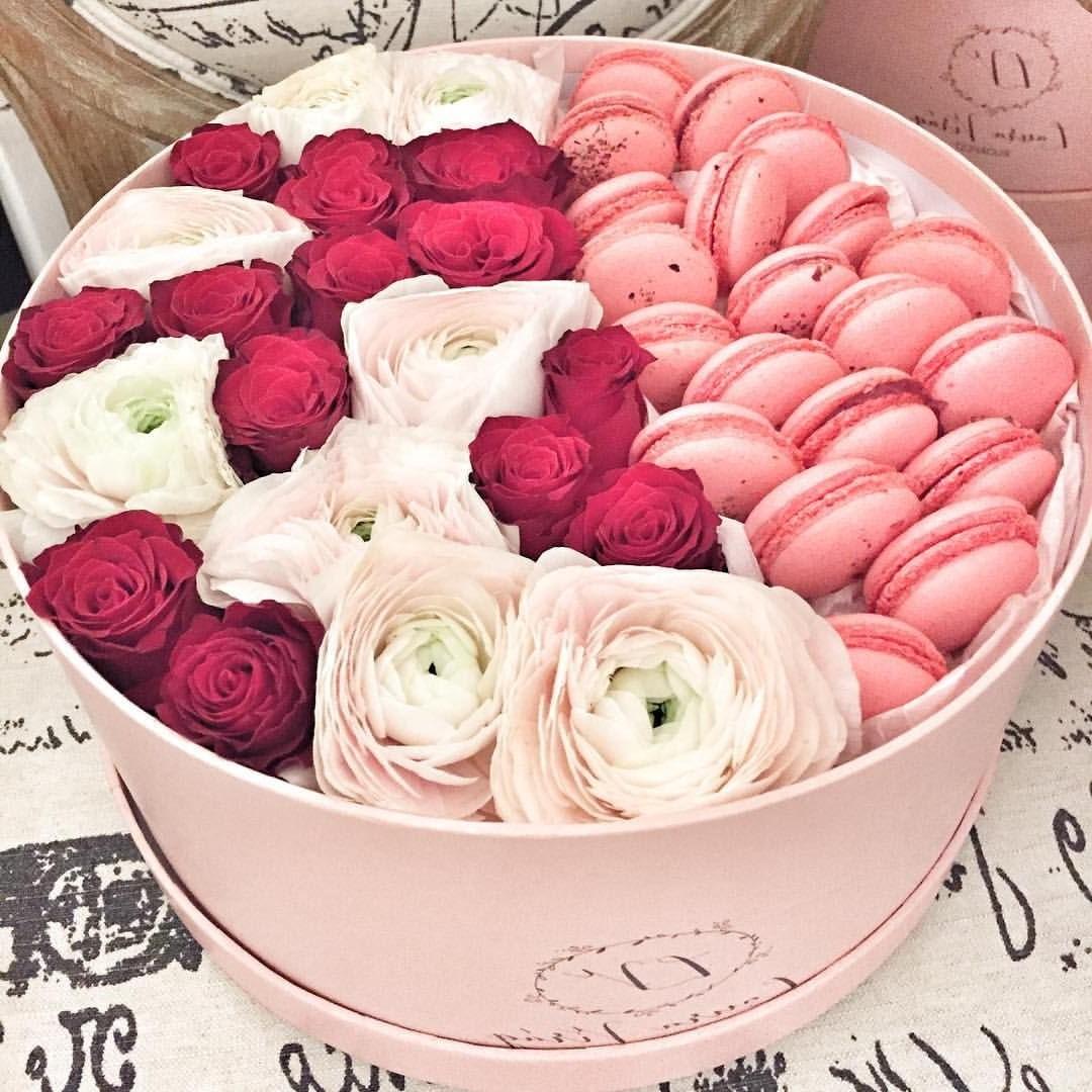 Boîte de roses et macarons.
