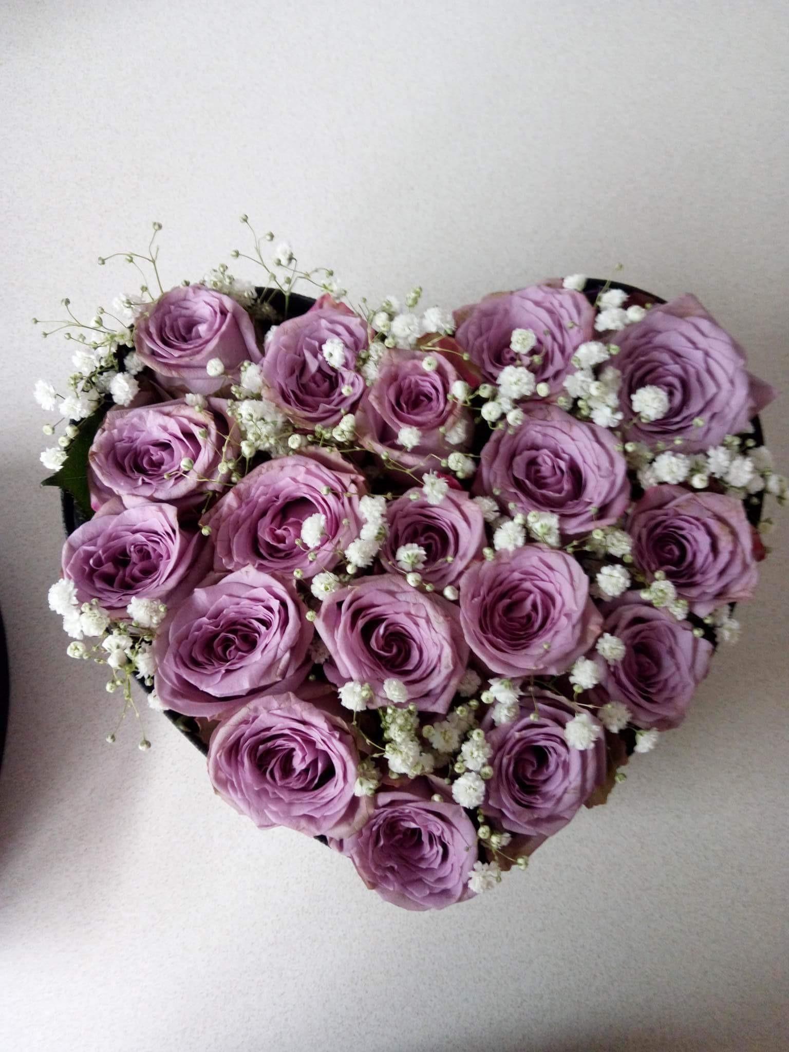 Boîte de roses romantiques.