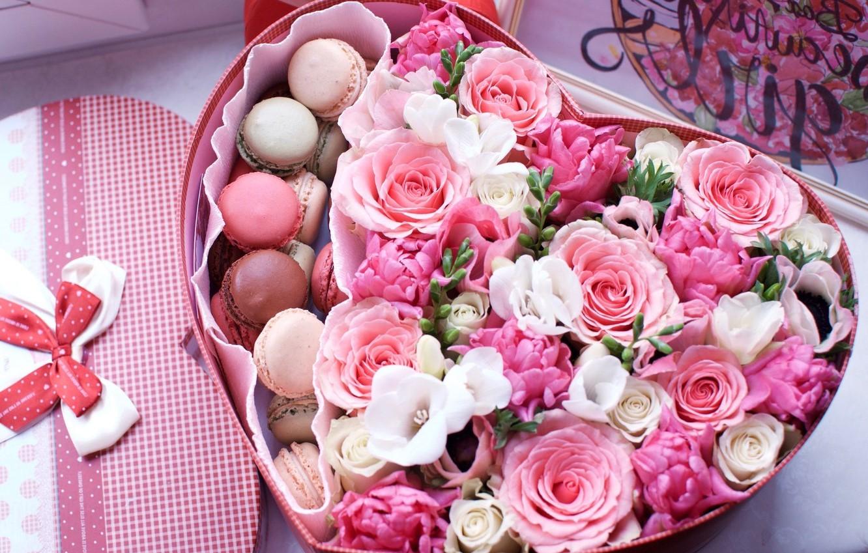 Boîte de roses et délicieux macarons.