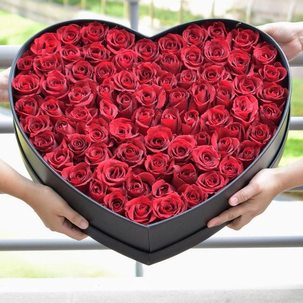 Boîte de roses en forme de coeur.