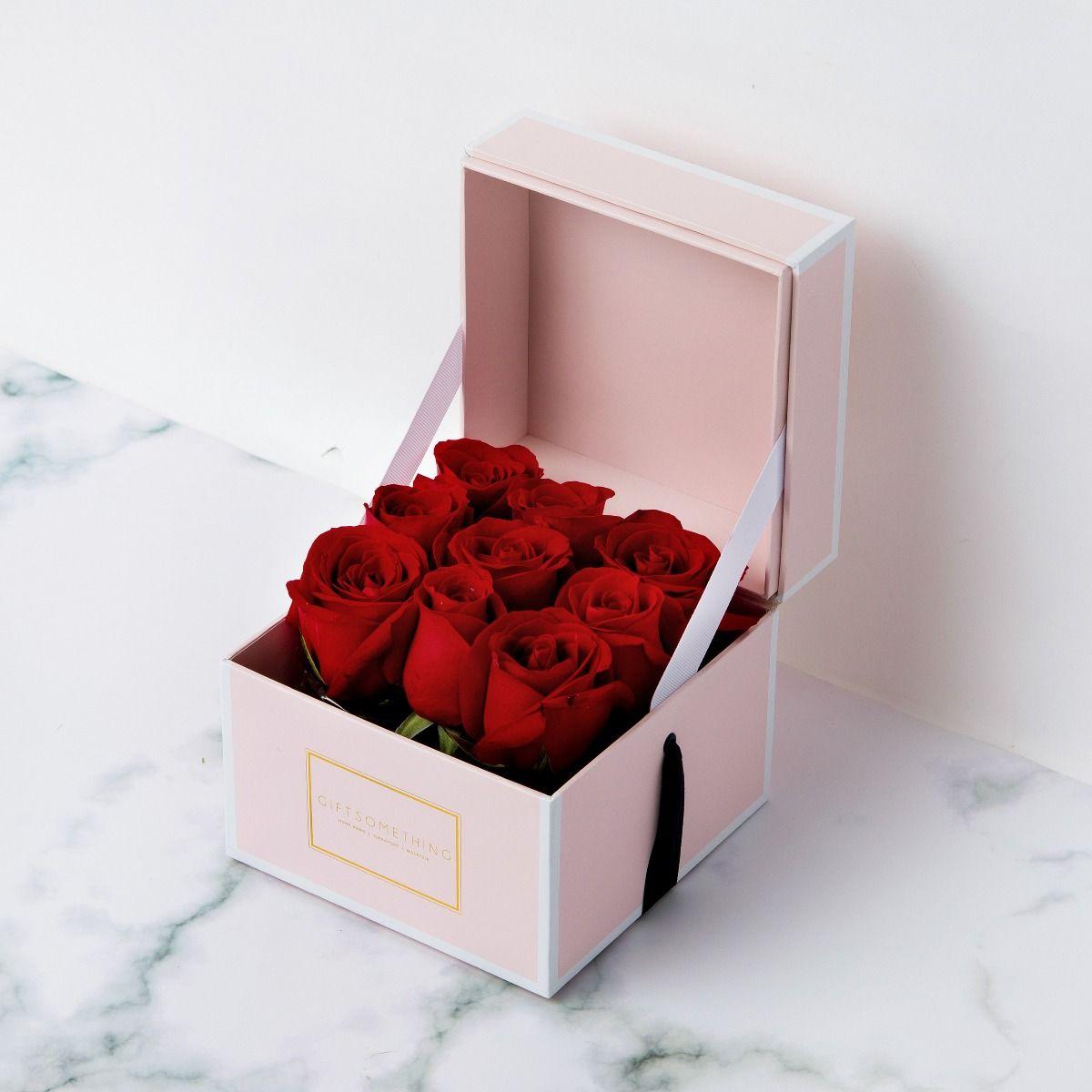 Boîte de roses élégantes.