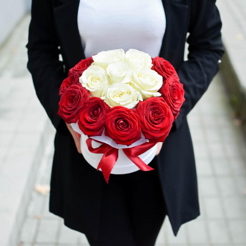 Boîte de roses blanches et rouges.