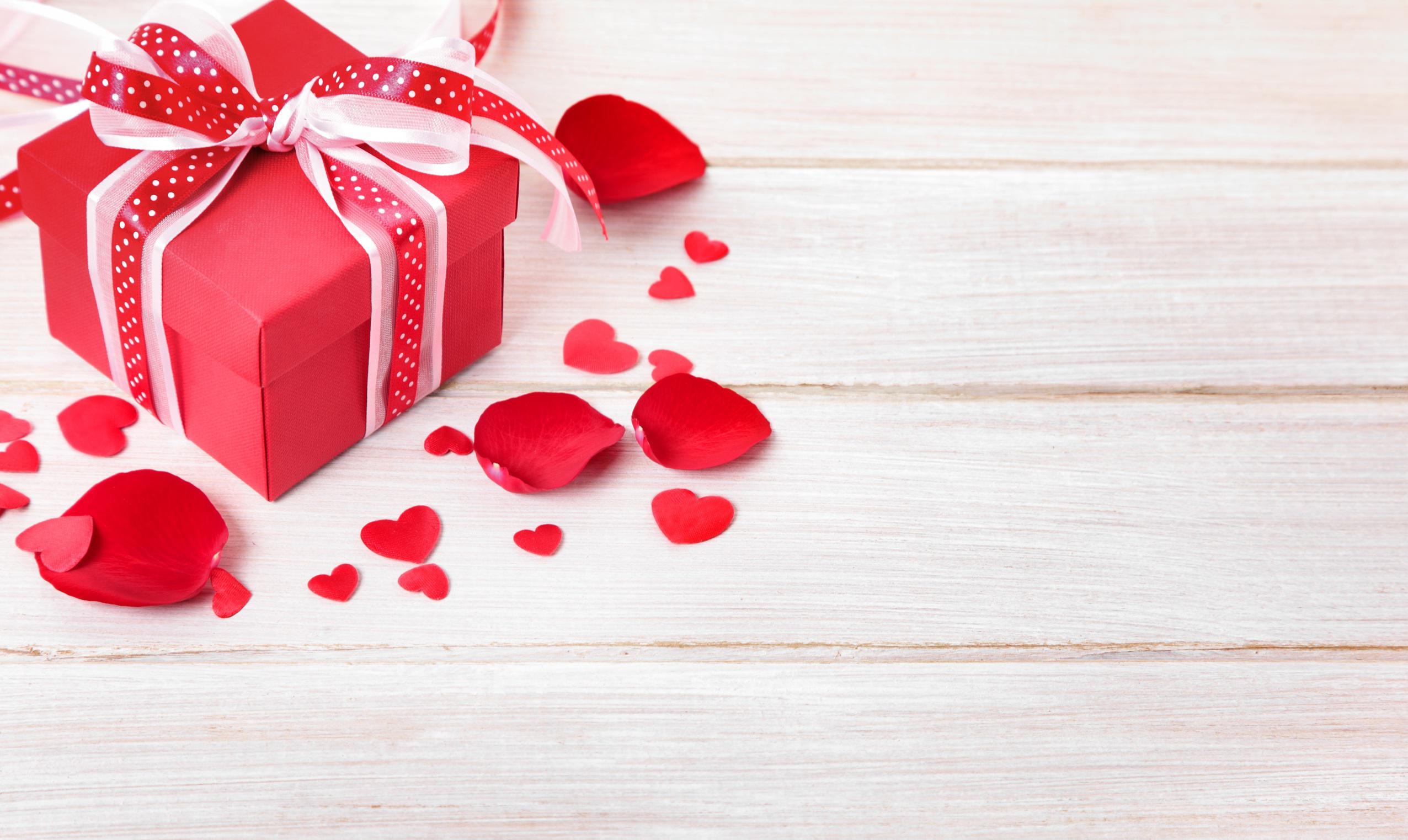 Boîte avec ruban rouge pour la Saint Valentin