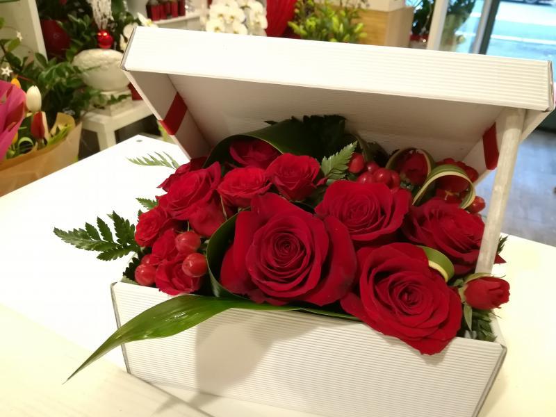 Des roses rouges dans une boîte blanche